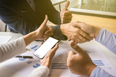 Procédé de travail d'équipe, plan rapproché de deux gens d'affaires se serrant la main Photo libre de droits