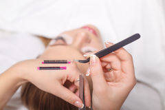 Procédure d'extension de cil Oeil de femme avec de longs cils Mèches, fin, foyer sélectionné Images stock