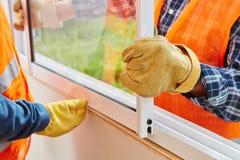 Procédure d'installation de fenêtre photographie stock