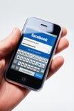 Procédure de connexion de Facebook sur l'iphone de pomme Photographie stock