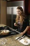 Procedendo serpeggiando sull'alimento durante il prepara Fotografia Stock