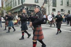 Procedere irlandese dei suonatori di cornamusa fotografie stock libere da diritti