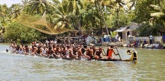 Procedi serpeggiando il modo mezzo del Kerala della corsa di barca all'arrivo Fotografie Stock Libere da Diritti