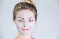 Procedimento cosmético Máscara de limpeza na cara da menina Fotografia de Stock