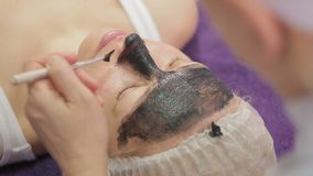Procedimento da casca da cara de carbono O laser pulsa pele limpa da cara Tratamento da cosmetologia do hardware Pele facial vídeos de arquivo