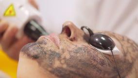 Procedimento da casca da cara de carbono O laser pulsa pele limpa da cara Tratamento da cosmetologia do hardware processo de filme
