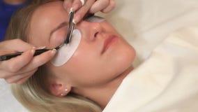 Procedimento da extensão da pestana Olho da mulher com pestanas longas Chicotes, fim acima, macro, foco seletivo vídeos de arquivo