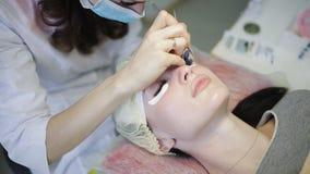 Procedimento da extensão da pestana Olho da mulher com pestanas longas Chicotes, fim acima video estoque