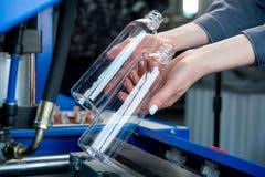 Procedimento de fabricação plástico da garrafa imagens de stock royalty free
