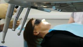Procedimento dental borrado na clínica moderna Fim acima O equipamento dental no primeiro plano está no foco Dentista masculino q video estoque