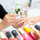 Procedimento do Manicure, close up Imagens de Stock Royalty Free