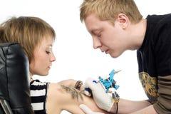 Procedimento do tatuagem imagem de stock