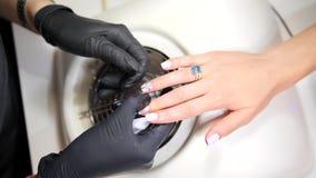Procedimento do tratamento de mãos da recuperação e projeto da fatura com o cliente no salão de beleza do prego Metragem cinemáti video estoque