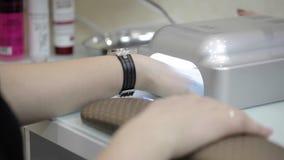 Procedimento do tratamento de mãos no salão de beleza vídeos de arquivo
