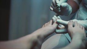 Procedimentos do salão de beleza do tratamento de mãos vídeos de arquivo
