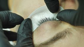 Procedimiento cosmético para marcar ojos en curso de extensión de la pestaña almacen de metraje de vídeo