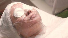 Procedimiento de Cosmetological de cocer la piel al vapor y de ampliar los poros El vapor caliente se dirige a la cara de una muj metrajes