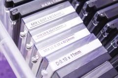Procedimiento de la extensión de la pestaña herramientas para la extensión de la pestaña caja con los latigazos artificiales - be fotografía de archivo libre de regalías