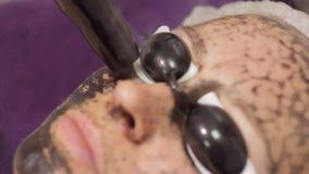Procedimiento de la peladura de la cara de carbono El laser pulsa piel limpia de la cara Tratamiento de la cosmetología del hardw almacen de metraje de vídeo