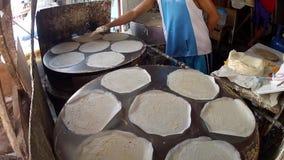 Procedimiento de la preparación de comida del Tercer mundo usando la bandeja del horno improvisada para hacer la envoltura del lu almacen de metraje de vídeo