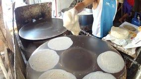 Procedimiento de la preparación de comida del Tercer mundo usando la bandeja del horno improvisada para hacer la envoltura del lu metrajes