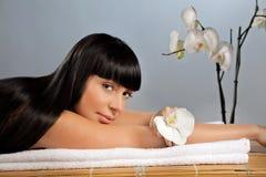 Procedimiento del masaje de la mujer que espera joven Fotos de archivo libres de regalías