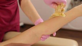 Procedimiento del pelo que quita a mano en una mujer hermosa sugaring almacen de video