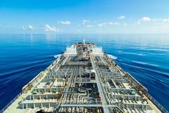 Procedimiento del petrolero del producto derivado del petróleo a través del mar tranquilo fotos de archivo
