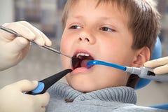 Procedimiento en el dentista Fotografía de archivo