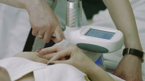 Procedura coolsculpting di estetica di Cryolipolysis su un paziente del famale Metraggio due video d archivio