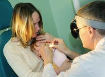 Procedura dell'esame ad un medico Fotografia Stock Libera da Diritti