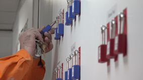 Procedura di sicurezza della serratura e dell'etichetta di LOTO archivi video