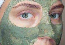Procedura dla stosować maskę od gliny twarz piękna kobieta Zdjęcie Royalty Free