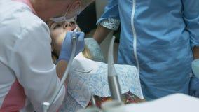 Procedura medica del dentista dei denti che lucidano con la pulizia dal deposito e dal odontolith dentari archivi video