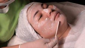 Procedura odmładzanie i czyścić skóra w kosmetologii centrum Zdroju traktowanie dla kobiety otrzymywa maskę w a zdjęcie wideo