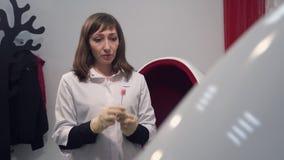 Procedura zębów bieleć Młodej kobiety Cosmetologist dezynfekuje narzędzie dla szczotkować zęby Techniki medycyna zbiory wideo