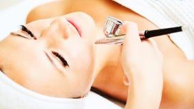 Procedure van Microdermabrasion Mechanische Afschilfering, diamant het oppoetsen Model, close-up Cosmetologicalkliniek stock afbeeldingen