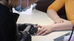 procedure voor de voorbereiding van spijkers alvorens nagellak toe te passen stock footage