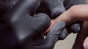 procedure voor de voorbereiding van spijkers alvorens nagellak toe te passen stock videobeelden