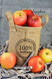 100 procent φυσικά μήλα σε μια τσάντα γιούτας Στοκ Εικόνες