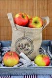 100 procent natürliche Äpfel in einer Jutefasertasche Stockfoto