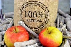 100 procent naturliga äpplen i en jutepåse Royaltyfri Fotografi