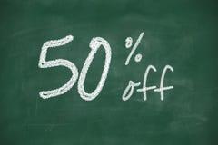 50 procent rabatttecken som är skriftligt med krita Arkivfoto
