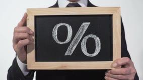 Procentu znak rysujący na blackboard w biznesmen rękach, depozytowa stopa procentowa zbiory