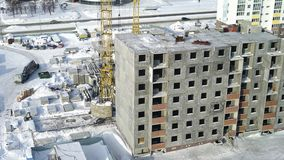 Proces budowa w nowożytnym megalopolis z niebieskim niebem w tle Widok plac budowy z zbiory wideo