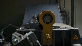 Proces chylenie metalu talerz na metalworking maszynie z komputerową kontrola zdjęcie wideo