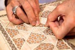 Proces d'effectuer le khatam persan traditionnel de mosaïque Photographie stock libre de droits