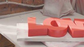 Proces die decorelement maken Cijfers van uitgebreid polystyreen - LIEFDE stock videobeelden