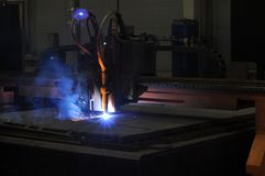 Proces die om metaal te snijden plasmasnijmachine met behulp van stock foto's