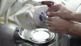 Proces fiksacja ceramika dysk w stomatologicznej mielenie maszynie zbiory wideo
